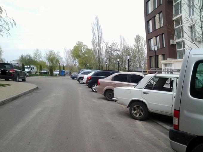 ЖК «Белый Шоколад. Center» в Белогородке машины парковка