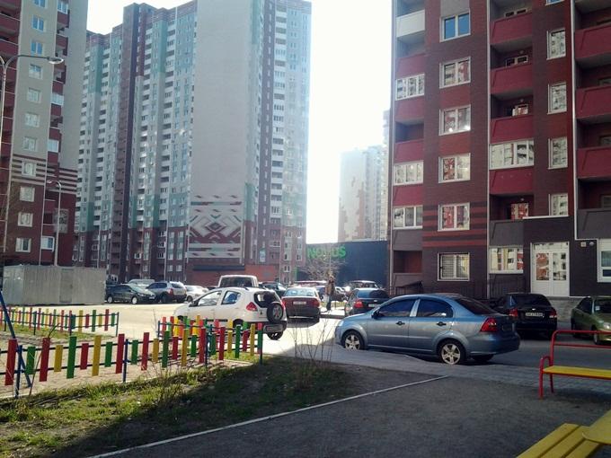 Год спустя: ЖК «Патриотика» от «Аркады» машины во дворе