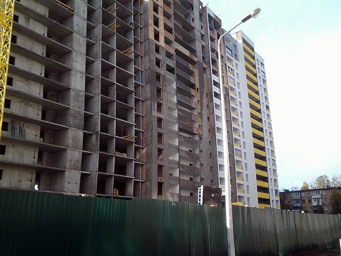 ЖК «Акварели-2» Угловая секция Г-5 уже построена и сдана, рядом с ней строятся дома В-6 и В-7