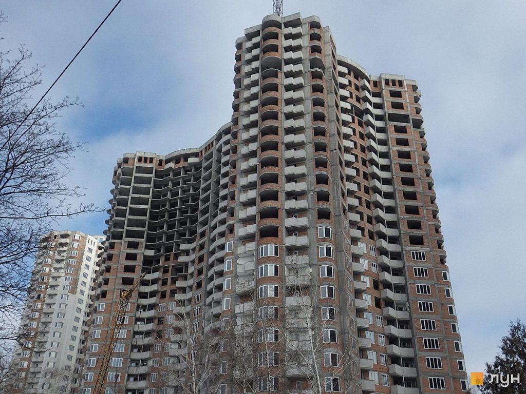 Новостройка на улице Сосниных 4а от Житлоинвестбуд УКБ вид на стройку